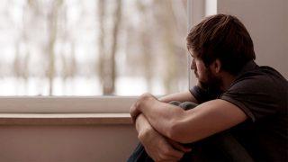 35 yaşında erkek; insan ilişkilerinden kopmuş, içine kapanmış, hiçbir şey yapmak istemeyen bir vaziyette özel ofisime başvurdu.